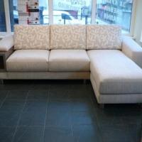 Ъглова тапициран диван в нежни тонове